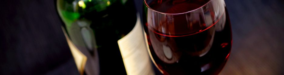 Flasche Wein mit Glas